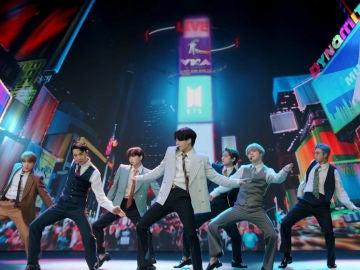 BTS presentando su éxito Dynamite