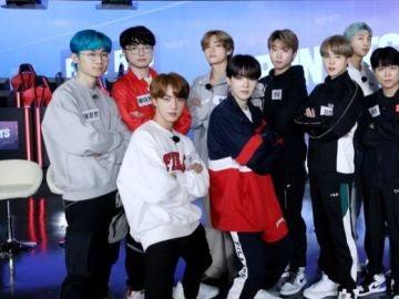 Faker (de rojo) junto a compañeros de equipo y BTS