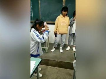Una profesora obliga a sus alumnas a tirar sus móviles al suelo
