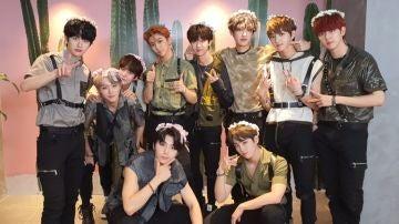 Golden Boy al completo, con Jaehyun a la izquierda del todo