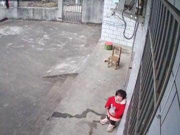 Niña llamando a sus padres en Anqing, al este de China