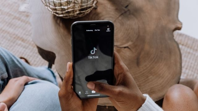 Una persona utiliza la aplicación TikTok en el móvil