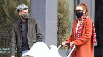 Zayn Malik y Gigi Hadid paseando a su hija