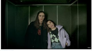 Zahara y Gonzalo Herrero celebrando el fin del mundo en 'Berlín U5'