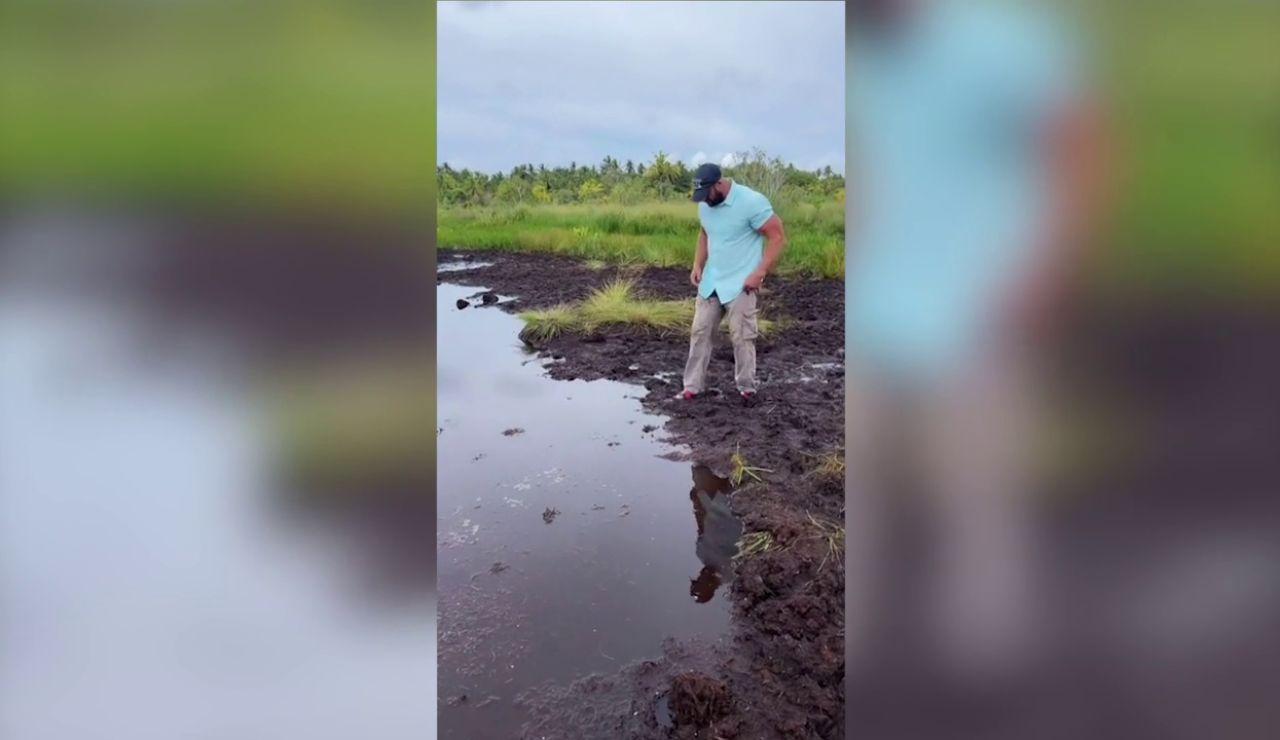 Intenta cruzar un río y acaba tremendamente mal