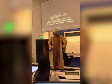 Un profesor de universidad da la clase disfrazado de Yoda de 'Star Wars