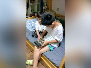 Un niño toca una hermosa melodía utilizando una calculadora